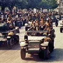 """Imatge general dels Camps Elisis amb la desfilada per a celebrar l'alliberament de París, amb """"La Nueve"""" en el lloc d'honor, encapçalant-la, per haver sigut els primers en haver entrat en París."""
